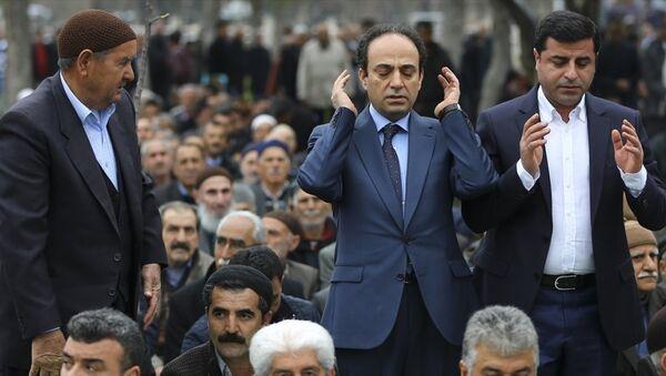 HDP Eş Genel Başkanı Selahattin Demirtaş, dün düzenlediği basın toplantısında yaptığı çağrı sonrası cuma namazını kılmak üzere HDP Şanlıurfa Milletvekili Osman Baydemir ile Sümerpark'a geldi. - Sputnik Türkiye