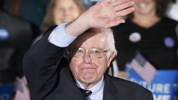 Democratic U.S. presidential candidate Bernie Sanders waves after winning at his 2016 New Hampshire presidential primary night rally in Concord, New Hampshire February 9, 2016 - Sputnik Türkiye