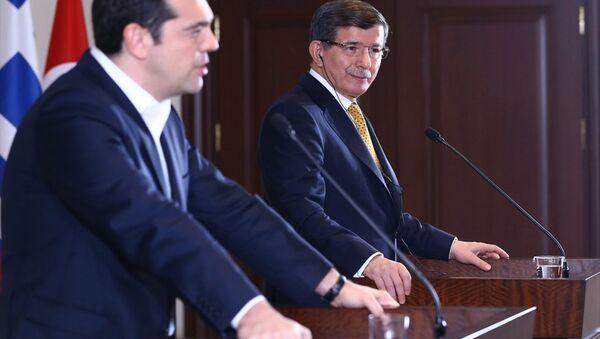 Başbakan Ahmet Davutoğlu ve Yunanistan Başbakanı Aleksis Çipras (solda), Başbakanlık İzmir Ofisi'nde, Türkiye-Yunanistan 4. Yüksek Düzeyli İşbirliği Konseyi Toplantısı'nın ardından ortak basın toplantısı düzenledi. - Sputnik Türkiye