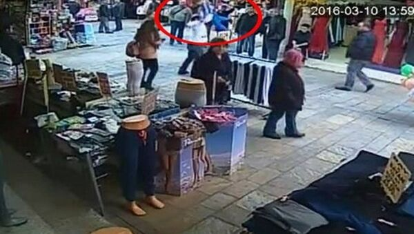 İzmir Valisi Mustafa Toprak, seyyar satıcı tarafından kaldırılıp yere fırlatılan çocuğun görüntüsünü büyük bir üzüntüyle izlediğini, gereğinin yapılması için güvenlik güçlerine talimat verdiğini söyledi. - Sputnik Türkiye