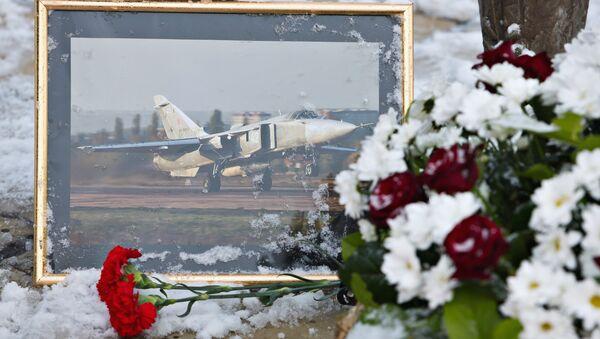 Rus pilot Oleg Peşkov'un anısına  Lipetsk'teki Hava Şehitleri Anıtı'nın önüne bırakılan çiçekler - Sputnik Türkiye