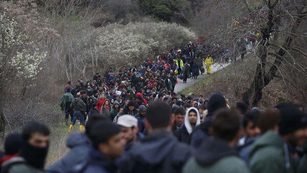 Yunanistan'ın Makedonya sınırındaki İdomeni kasabında bekleyen 1000'i aşkın sığınmacı yürüyüşe geçti - Sputnik Türkiye