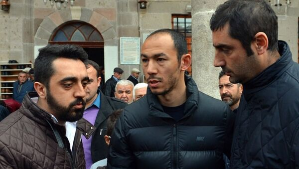Ankara'daki saldırıda babası Kemal Bulut'u kaybeden Galatasaraylı futbolcu Umut Bulut - Sputnik Türkiye