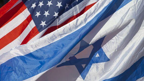 U.S. and Israeli flags fly as U.S. Secretary of State John Kerry arrives in Tel Aviv, Israel, Tuesday, Nov. 24, 2015 - Sputnik Türkiye