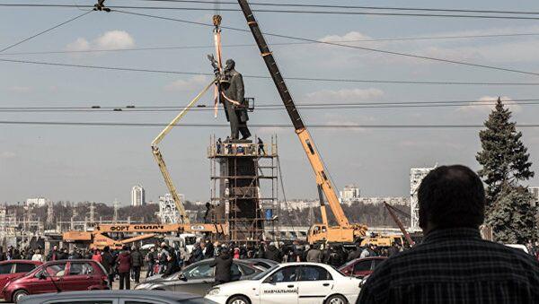 Ukrayna'nın güneyindeki Zaporijya kentindeki Lenin heykeli kaldırıldı. - Sputnik Türkiye