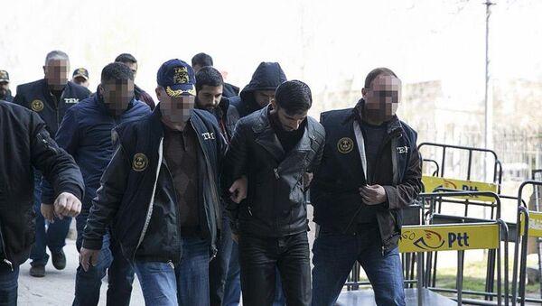 Ankara'daki terör saldırısına ilişkin soruşturma kapsamında gözaltına alınan ve emniyette işlemleri tamamlanan 10 şüpheliden 9'u sağlık kontrolünden geçirildi. Şüpheliler daha sonra adliyeye sevk edildi. - Sputnik Türkiye