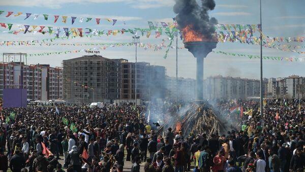 Diyarbakır'daki Nevruz törenine katılımın geçen yıllara göre oldukça düşük olduğu görüldü. - Sputnik Türkiye