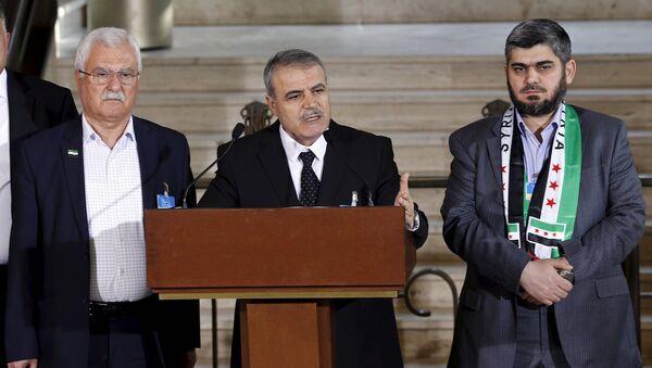 Yüksek Müzakere Komitesi sözcüleri Esad el Zubi, Muhammed Alluş ve George Sabra - Sputnik Türkiye