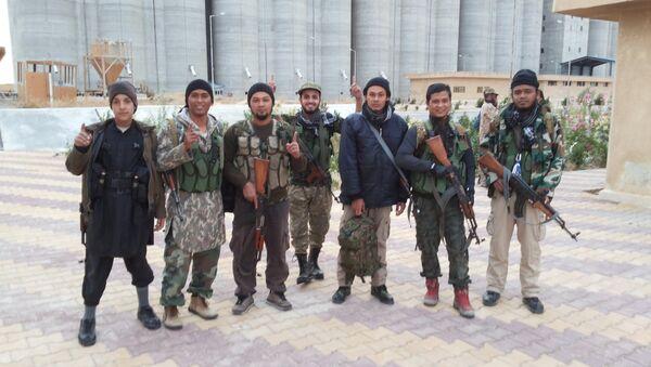 IŞİD militanına ait fotoğraflar. Militanlar, IŞİD üniformasıyla görülüyor. - Sputnik Türkiye