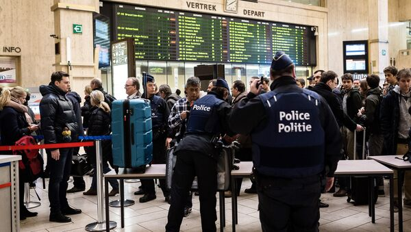 Police search passenger bags at the Central Station in Brussels on Wednesday, March 23, 2016 - Sputnik Türkiye