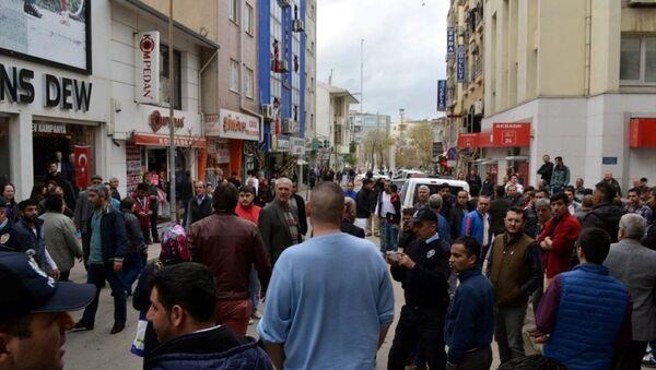 Edirne'nin Keşan ilçesinde, Ankara'daki terör saldırısının firari şüphelisi Vahit Ayçil'in akrabasının işlettiği dükkanın camları kırıldı, iş yeri sahibi ile vatandaşlar arasında gerginlik yaşandı. - Sputnik Türkiye