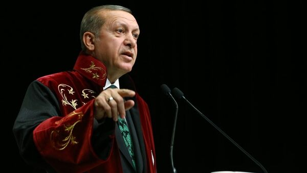 Cumhurbaşkanı Recep Tayyip Erdoğan, Yozgat Bozok Üniversitesi Erdoğan Akdağ Kültür ve Kongre Merkezi'nde düzenlenen İktisat Politikası Fahri Doktora unvan tevcih törenine katıldı. - Sputnik Türkiye