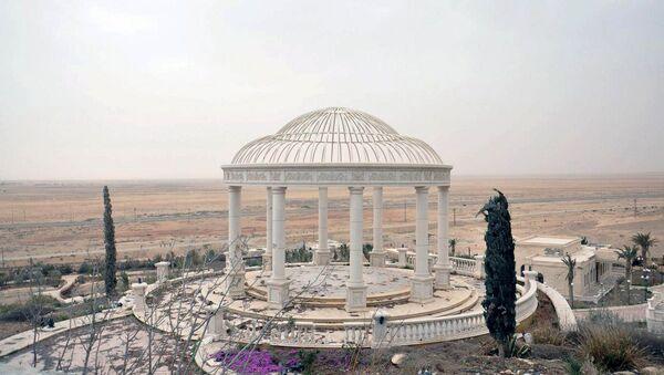 Palmira'nın batısında Suriye ordusu tarafından geri alınan bir sarayın bahçesi. - Sputnik Türkiye