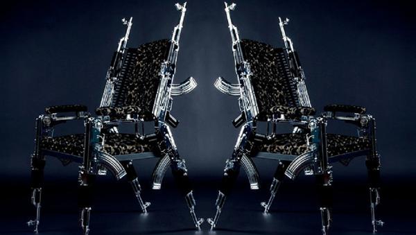 Kalaşnikoflardan sandalye yaptı - Sputnik Türkiye