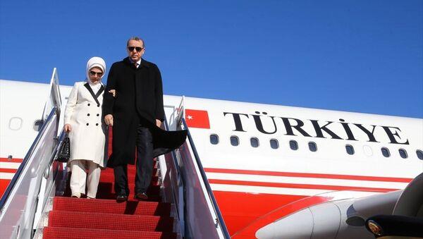 Cumhurbaşkanı Recep Tayyip Erdoğan (sağda) ve eşi Emine Erdoğan (solda), Nükleer Güvenlik Zirvesi'ne katılmak ve çeşitli temaslarda bulunmak üzere, özel uçak TUR ile TSİ 23.40'ta Amerika Birleşik Devletleri'nin başkenti Washington'a geldi. - Sputnik Türkiye