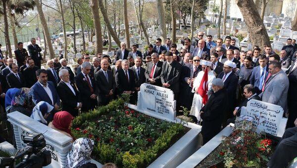 Geçen yıl bugün İstanbul Adalet Sarayı'ndaki makam odasında DHKP-C mensupları tarafından rehin alındıktan sonra öldürülen Cumhuriyet Savcısı Mehmet Selim Kiraz, Eyüp Mezarlığı'nda bulunan kabri başında anıldı. - Sputnik Türkiye