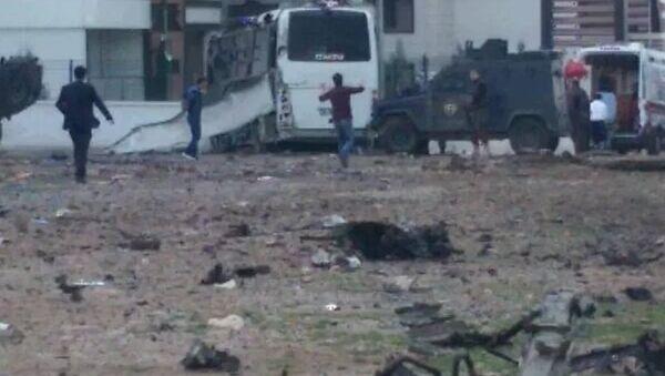 Diyarbakır- Şanlıurfa karayolunun Otogar Mevkii'nde PKK'lılar polis servis midibüsü geçerken yol kenarındaki bomba yüklü aracı infilak ettirdi. - Sputnik Türkiye
