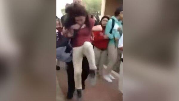ABD polisi, 12 yaşındaki kız öğrenciyi 'yere çarptı' - Sputnik Türkiye