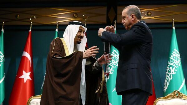 Cumhurbaşkanı Recep Tayyip Erdoğan, resmi ziyaret için Ankara'da bulunan Suudi Arabistan Kralı Selman bin Abdulaziz Al Suud'a, Cumhurbaşkanlığı Külliyesinde düzenlenen törenle Devlet Nişanı takdim etti. - Sputnik Türkiye