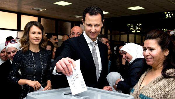 Suriye Devlet Başkanı Esad ve eşi Esma Esad da sabah saatlerinde başkent Şam'daki El Esad Kütüphanesinde oy kullandı. - Sputnik Türkiye