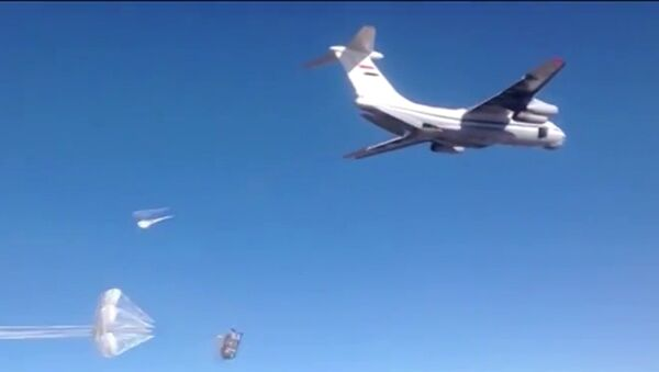 Syrian Air Force aircraft dropping humanitarian cargo on Russian parachute platforms in the area of Deir ez-Zor, Syria. - Sputnik Türkiye