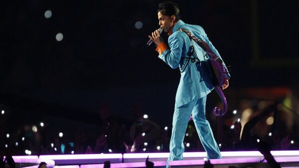 Prince performs during the halftime show at Super Bowl XLI football game at Dolphin Stadium in Miami on Sunday, Feb. 4, 2007. - Sputnik Türkiye