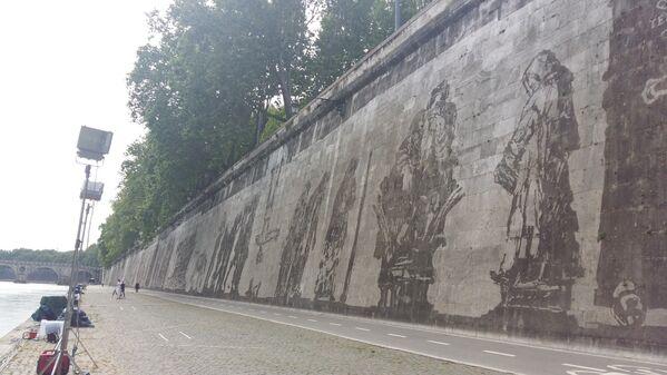 Kentridge,  Tiber Nehri kıyısında uzanan 550 metre uzunluğunda ve 12 metre yüksekliğindeki duvara Roma'nın kurucuları Romulus ve Remus'tan, 1975 yılında öldürülen yönetmen  Pier Paolo Pasolini'ye kadar, adı kentle anılan çok sayıda kişiyi resmetti. - Sputnik Türkiye