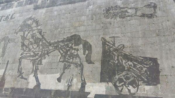 Kentridge, çalışmasında duvarın üstünde birikmiş kirlerin, dev şablonlar ve yüksek basınçlı suyla şekillendirildiği 'Reverse Grafiti'  tekniğini kullandı. - Sputnik Türkiye