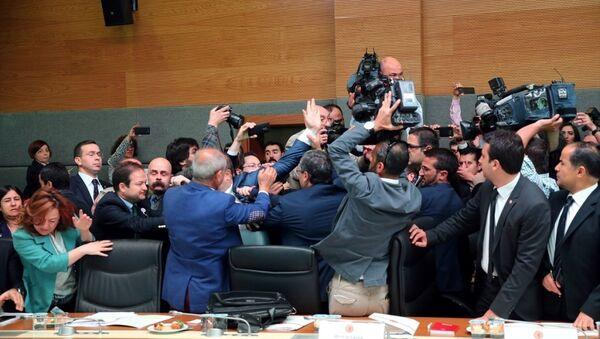 TBMM Anayasa Komisyonu, hakkında dosya bulunan milletvekillerinin dokunulmazlığının kaldırılmasını içeren Anayasa değişikliği teklifini görüşmek üzere toplandı. Komisyonda, teklifin görüşmelerine geçilmeden önce çok sayıda milletvekilinin ayakta olduğu ve basın mensupları ile milletvekili danışmanlarının salon dışına çıkartılması konusunda tartışma yaşandı. - Sputnik Türkiye
