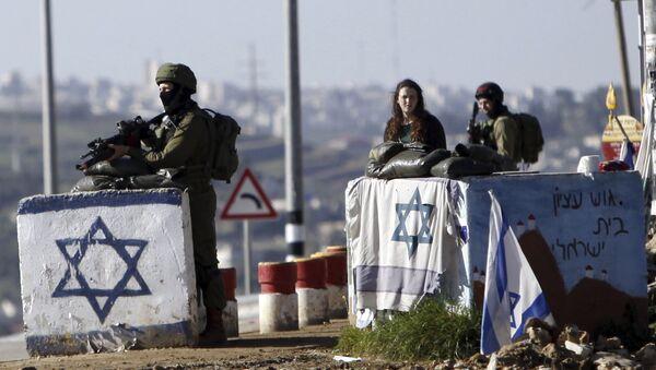 Batı Şeria'daki Gush Etzion kontrol noktasında nöbet tutan İsrail askerleri. - Sputnik Türkiye