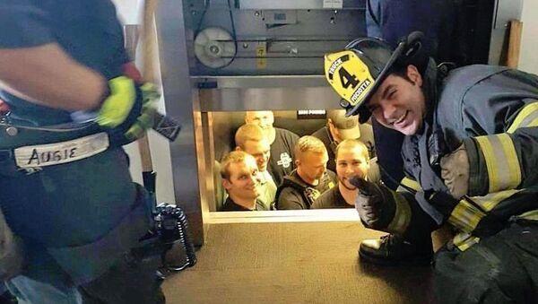 Asansörde kalan polisleri itfaiyeciler kurtardı - Sputnik Türkiye