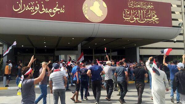 Irak'ta Sadr hareketi lideri Mukteda el Sadr yanlısı protestocular, milletvekillerinin hükümette reform için toplanamamasının ardından yürüyüşe geçti ve hükümet binalarının bulunduğu Yeşil Bölge'ye girdi. Protestoculardan bazılarının parlamento binasına girdiği de gelen bilgiler arasında. - Sputnik Türkiye