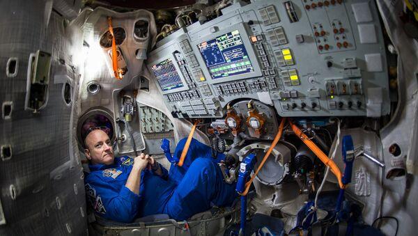 NASA Astronotu Scott Kelly'nin 4 Mart 2015 tarihinde Moskova'nın doğusunda bulunan Gagarin Kozmonot Eğitim Merkezi'ndeki(GCTC) Soyuz simülatöründe çekilmiş fotoğrafı. - Sputnik Türkiye