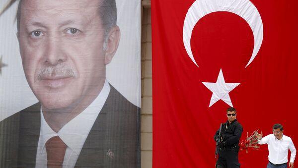 Başbakan Ahmet Davutoğlu, Recep Tayyip Erdoğan'ın posterinin önünde. - Sputnik Türkiye