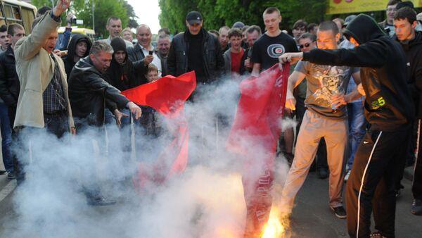 Ukraynalı aşırı sağcılar Aziz Georgiy Kurdelesi'ni yaktı - Sputnik Türkiye