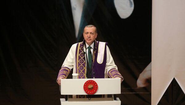 Cumhurbaşkanı Recep Tayyip Erdoğan, Kocaeli Üniversitesinde toplu açılış ve fahri doktora tevcih törenine katıldı. - Sputnik Türkiye