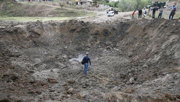 Diyarbakır'ın merkez Sur ilçesinde meydana gelen, 4 kişinin öldüğü, 22 kişinin yaralandığı patlamanın etkisi gün ağarınca ortaya çıktı. - Sputnik Türkiye