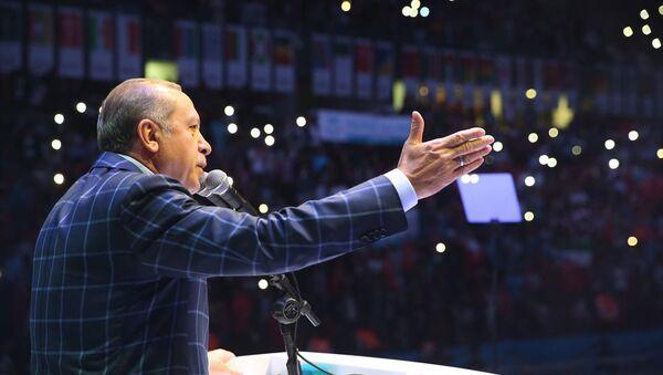 Cumhurbaşkanı Recep Tayyip Erdoğan, Türkiye Gençlik Vakfı ve Uluslararası Öğrenci Dernekleri Federasyonu tarafından Sinan Erdem Spor Salonu'nda düzenlenen 9. Uluslararası Öğrenci Buluşması Final Programına katılarak konuşma yaptı. - Sputnik Türkiye