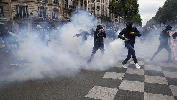 Paris polisi, çalışma yasasını protesto eden göstericilere biber gazıyla müdahalede bulundu. - Sputnik Türkiye