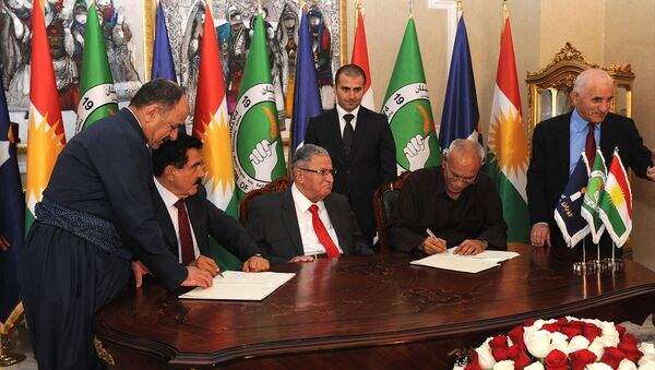 Eski Irak Cumhurbaşkanı Celal Talabani (orta) liderliğindeki Kürdistan Yurtseverler Birliği (KYB) ile Irak Kürt Bölgesel Yönetimi'nde (IKBY) muhalefetin başını çeken Goran (Değişim) Hareketi arasında siyasi anlaşma imzalandı. KYB Birinci Genel Sekreter Yardımcısı Kosret Resul (sol2) ve Goran Hareketi lideri Noşirvan Mustafa (sağ2) anlaşmayı imzaladı. - Sputnik Türkiye