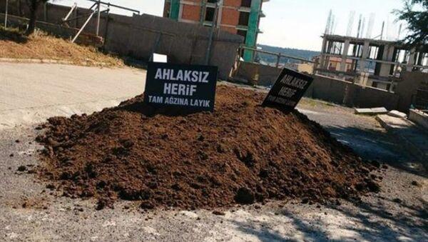 Cumhurbaşkanı Recep Tayip Erdoğan'a 'gerizekalı' CHP Edirne Milletvekili Okan Gaytancıoğlu'nun evinin önüne kimliği belirsiz kişilerce hayvan dışkısı döküldü. - Sputnik Türkiye