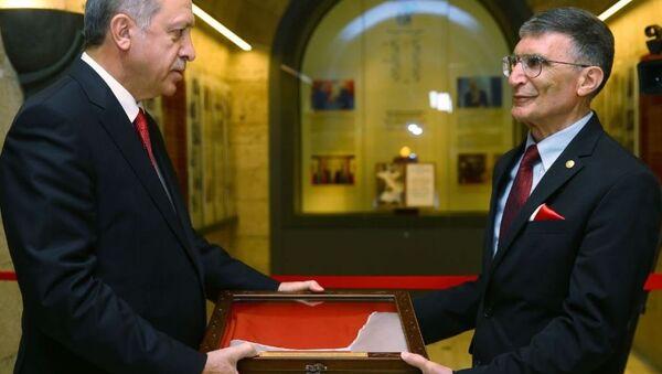 Cumhurbaşkanı Recep Tayyip Erdoğan, Prof. Dr. Aziz Sancar'ın Nobel Ödülü'nü Anıtkabir'e Takdim Töreni'ne katıldı. - Sputnik Türkiye