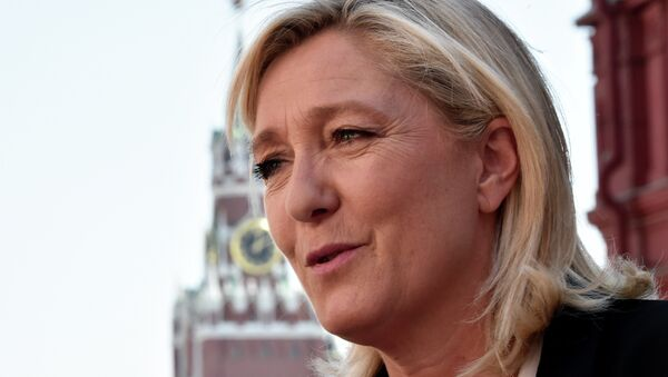 France's far-right Front National (FN) party president Marine Le Pen visits Moscow's Red Square before a meeting with Russia's State Duma speaker Sergei Naryshkin on May 26, 2015 - Sputnik Türkiye
