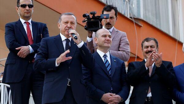 Cumhurbaşkanı Recep Tayyip Erdoğan, Cuma namazını kıldığı Sahil Camisi'nden çıkışında, kendisini bekleyen vatandaşlara otobüs üzerinden hitap etti. - Sputnik Türkiye