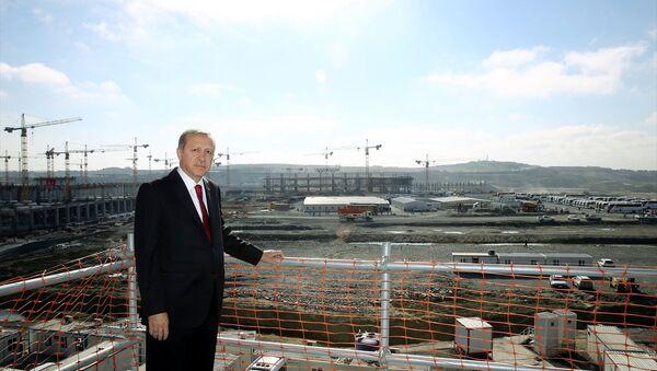 Cumhurbaşkanı Recep Tayyip Erdoğan, 3. havalimanı inşaatında. - Sputnik Türkiye