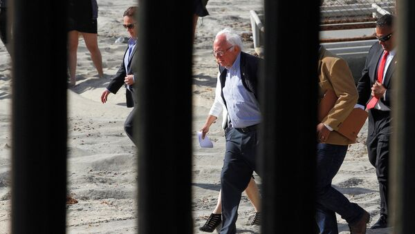 ABD Başkan adayı Bernie Sanders, Meksika sınırında. - Sputnik Türkiye