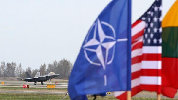 NATO - ABD - Litvanya bayrakları / ABD F-22 Raptor savaş uçağı / Litvanya Hava Kuvvetleri'ine ait  Siauliai Hava Üssü - Sputnik Türkiye