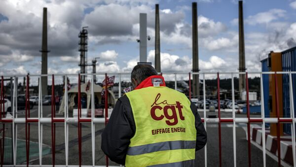 İşçiler Fransa'daki rafinelere ulaşımı engelledi - Sputnik Türkiye