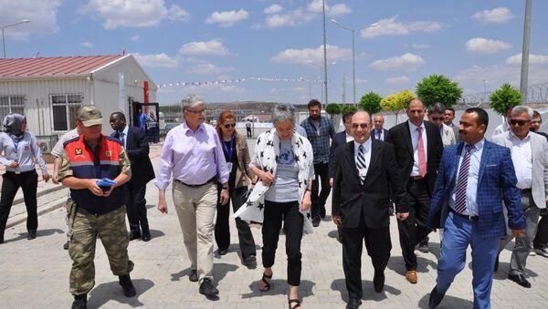 Birleşmiş Milletler Genel Kurulu Başkanı Mogens Lykketoft ve beraberindeki heyet, Gaziantep'in Nizip ilçesinde Suriyeli sığınmacıların barındığı konteyner kenti ziyaret etti. - Sputnik Türkiye