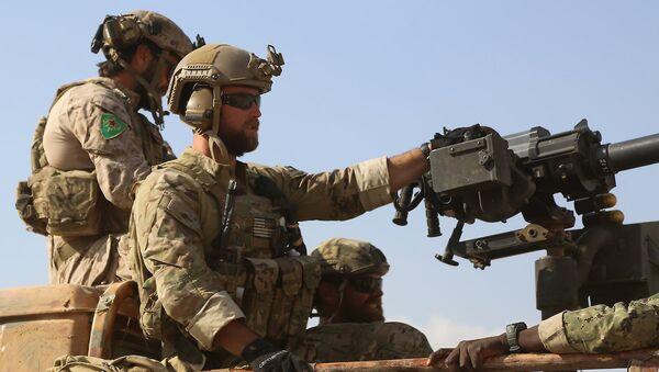 YPG simgesi taşıyan üniformalar giyen ABD askerleri. - Sputnik Türkiye